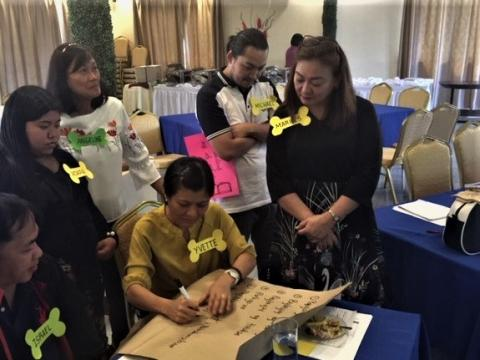 Health personnel from the Philippines creating a list on how to be a responsible pet owner. (Photo: GARC).